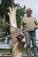 Le sculpteur Daniel-VincentBernard revalorise  4 frênes en sculptures à Beloeil